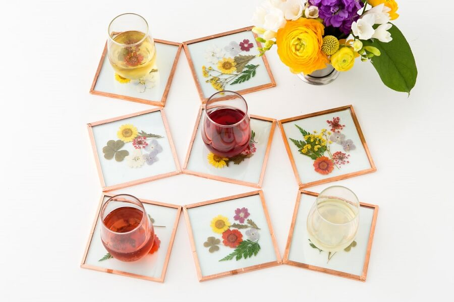 coasters with pressed flowers for a great touch on a garden party