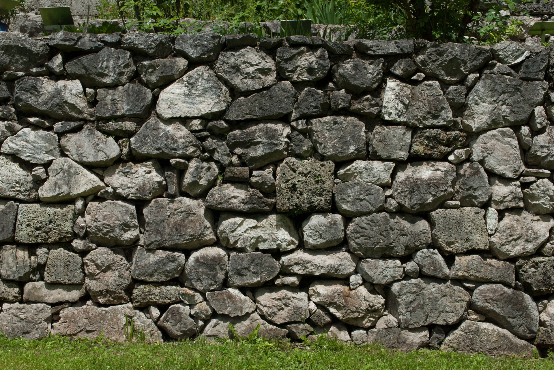 Outdoor Stone Walls : Creative retaining wall ideas