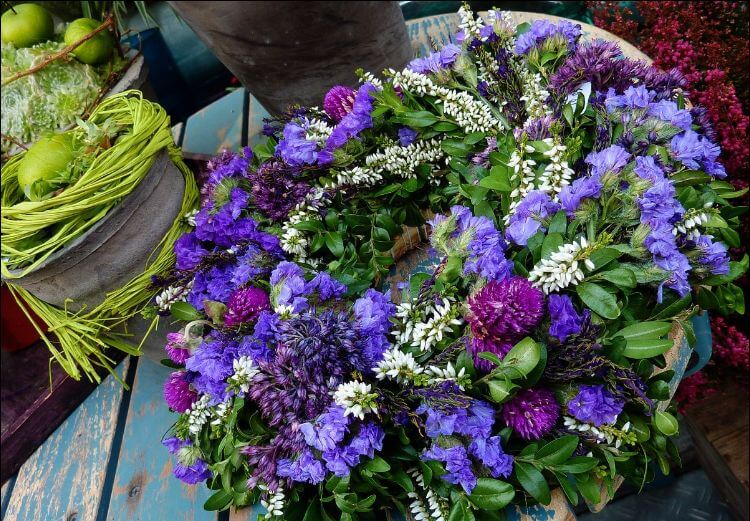Wreath with many leaves and purple flowers