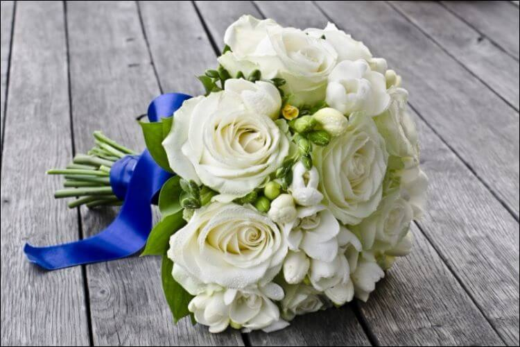 winter wedding bouquet ideas white and green bouquet