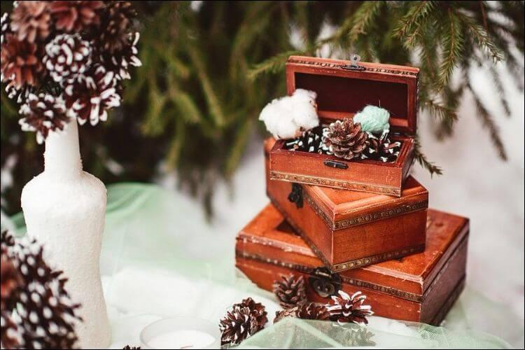 winter wedding bouquet ideas pine cones decorations
