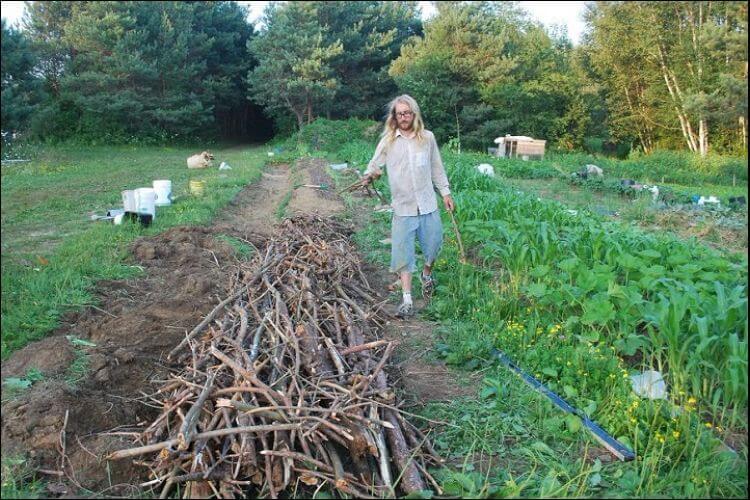 mound gardening man setting up mound