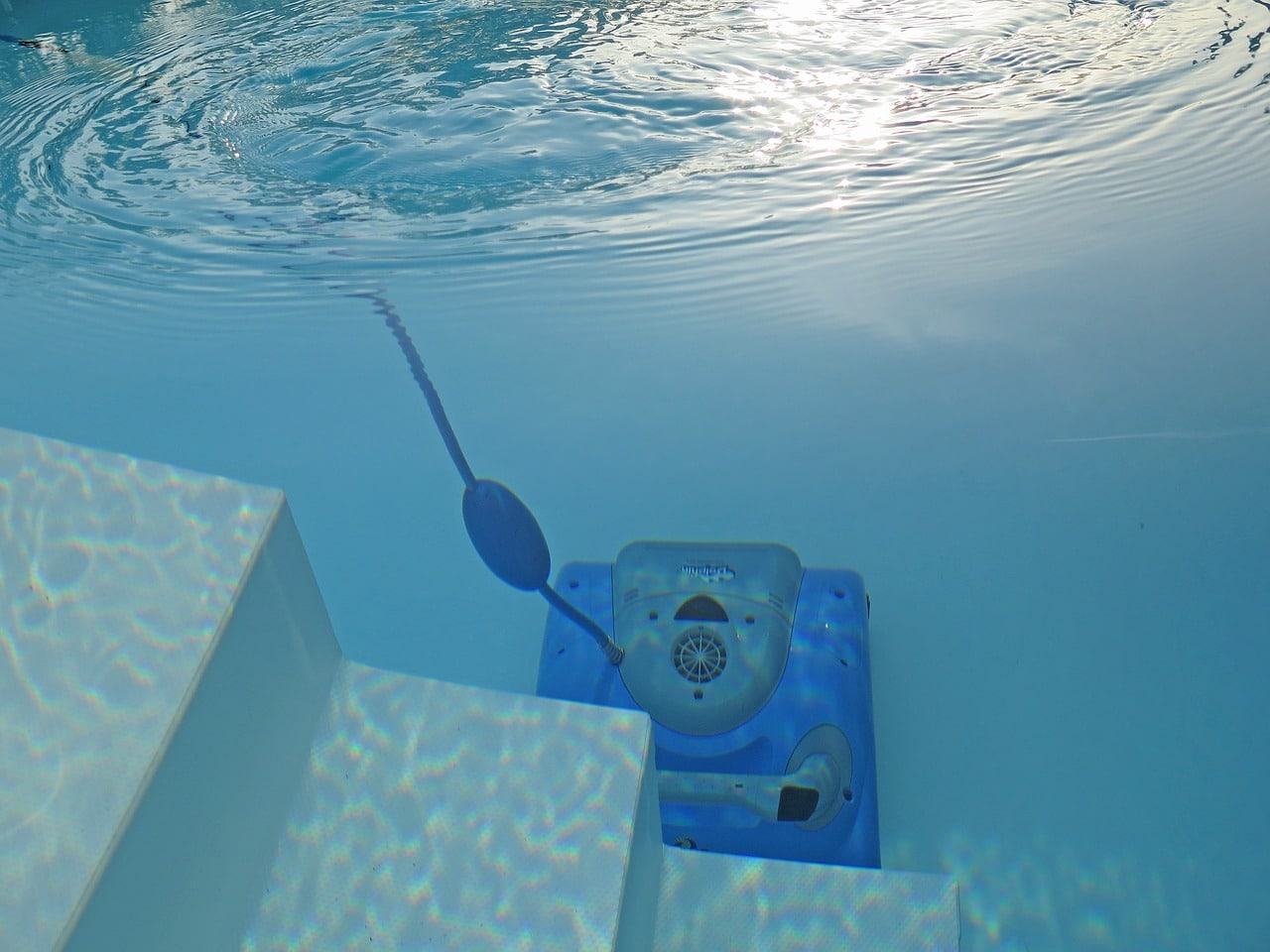 The Ins and Outs of a Pool Vacuum: Manual or Automatic?