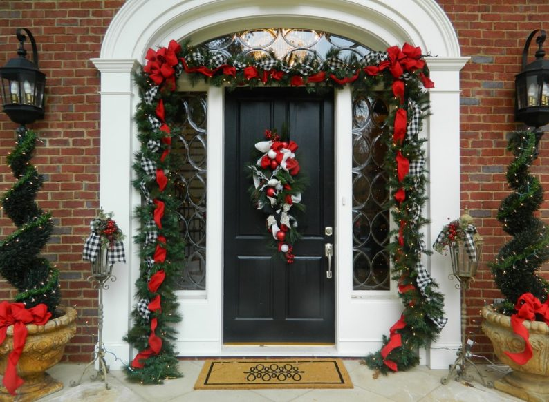 Hanging Your Outdoor Christmas Garland The Ultimate Guide