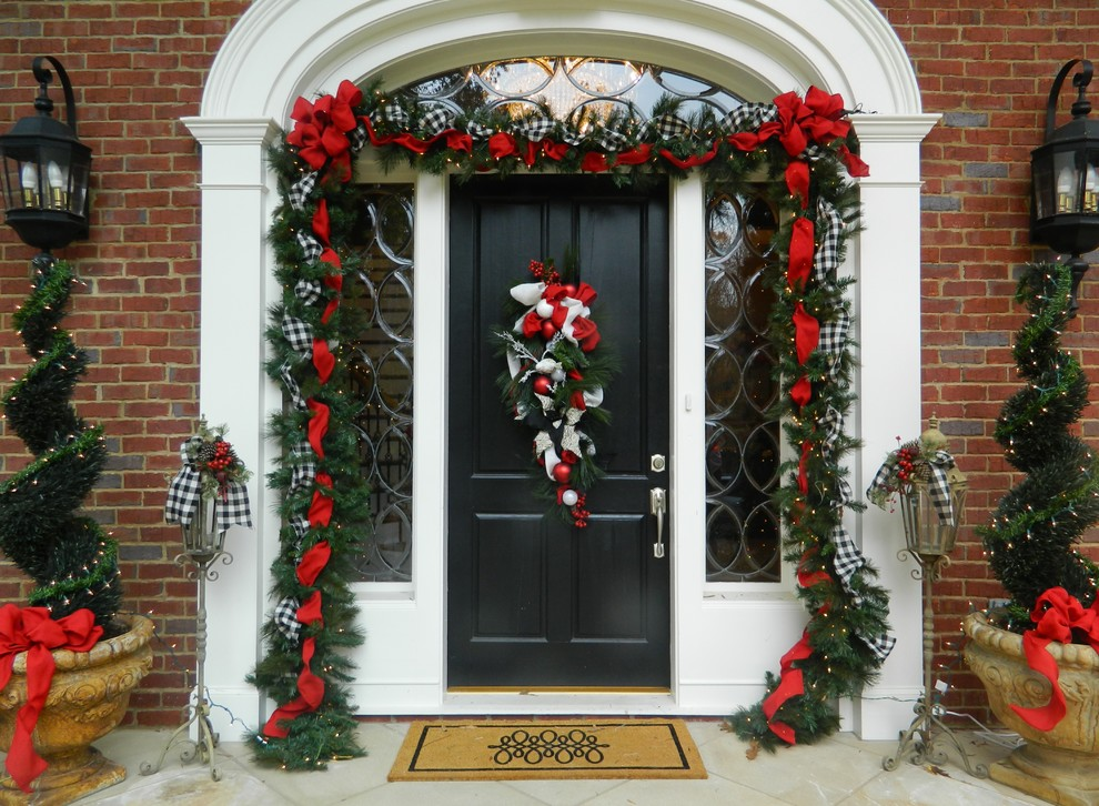 Hanging Christmas Decorations Outside.Hanging Your Outdoor Christmas Garland The Ultimate Guide